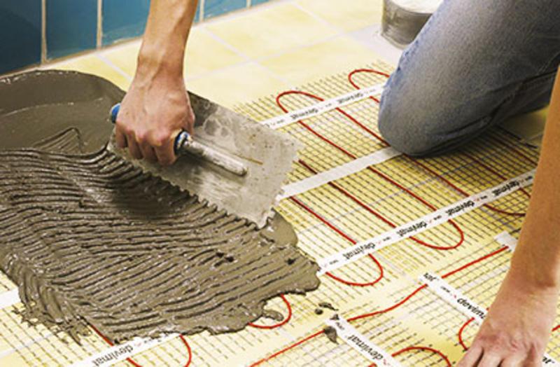 Найдите место на стенке для...  Теплый...  Сперва нужно вынести мебель, выровнять пол, сделать цементную стяжку.
